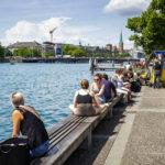 Menschen entspannen am Zürisee in Zürich