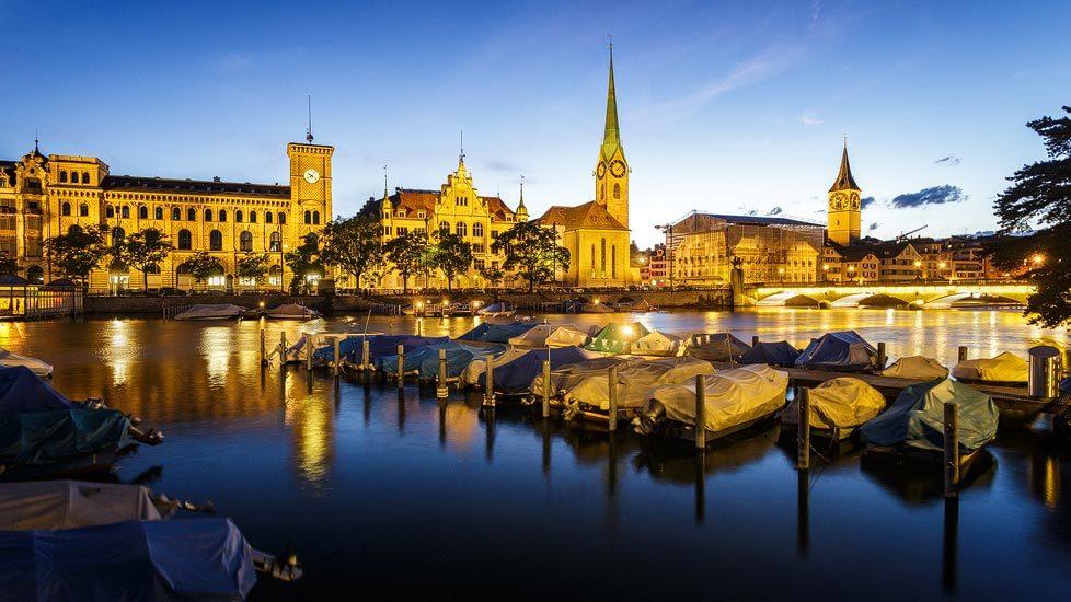 Limmatquai in Zürich während der blauen Stunde