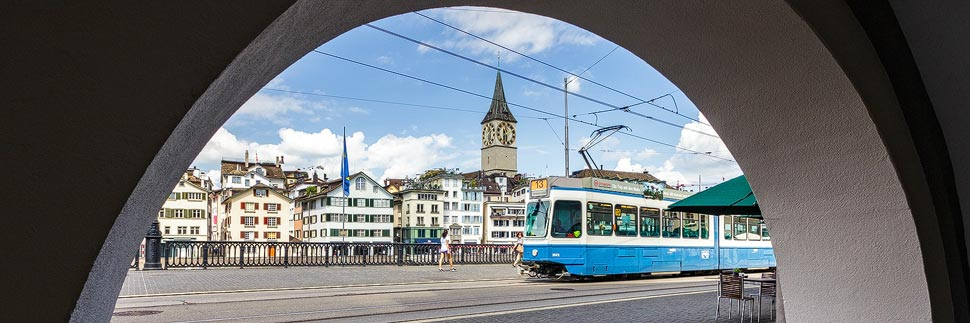 Straßenbahn und Kirche St. Peter in Zürich
