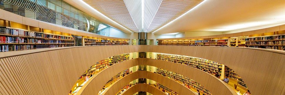 Moderne Architektur in der Rechtswissenschaftlichen Bibliothek in Zürich