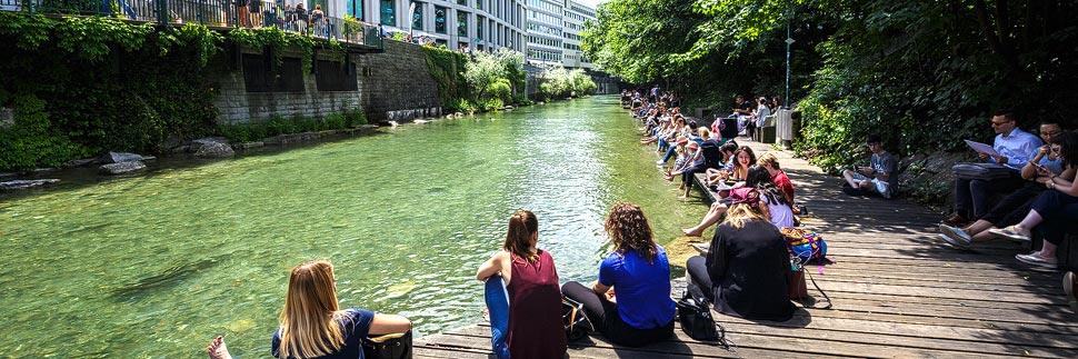 Junge Menschen entspannen auf der Schanzengrubenpromenade in Zürich
