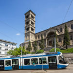 Außenansicht der Liebfrauenkirche in Zürich mit Straßenbahn