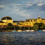Blick auf das Opernhaus und das Hotel Ambassador aus einem Boot der Limmat-Schifffahrt in Zürich