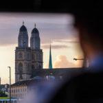 Blick auf das Grossmünster aus einem Boot der Limmat-Schifffahrt in Zürich