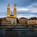 Ein Boot der Limmat-Schifffahrt vor dem Grossmünster in Zürich