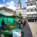 Der Wochenmarkt auf der Rathausbrücke in Zürich