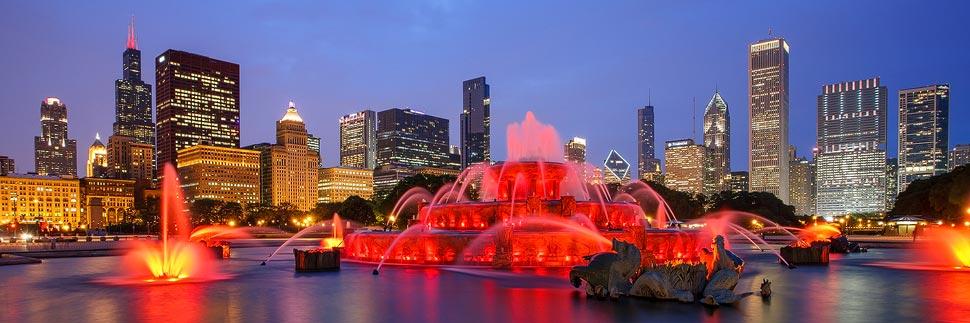 Buckingham Fountain und die Skyline von Chicago bei Nacht