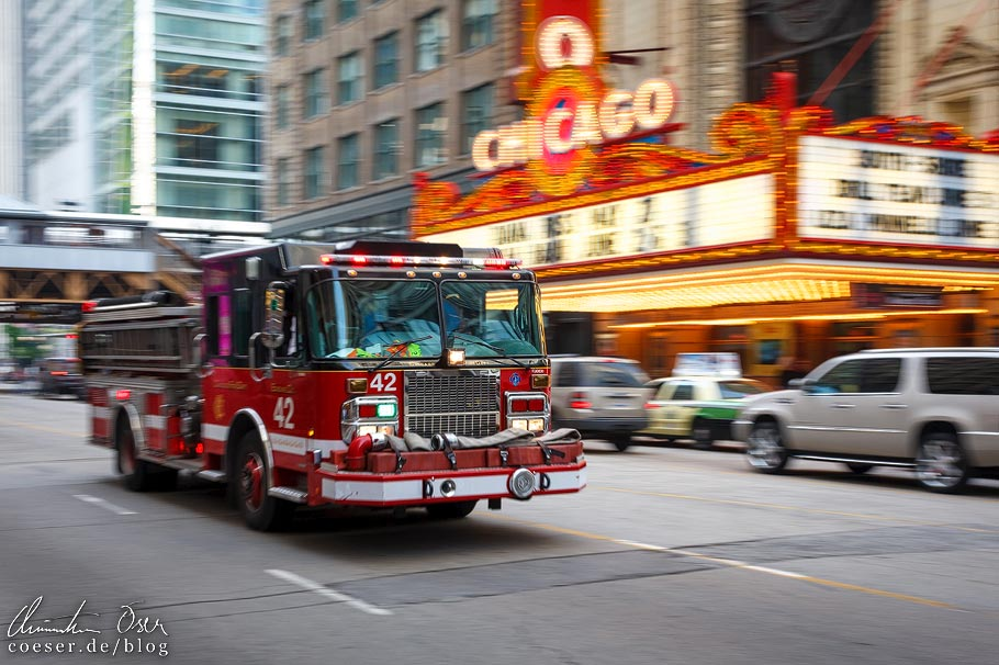 Engine 42 des Chicago Fire Department (CFD) vor dem Chicago Theatre