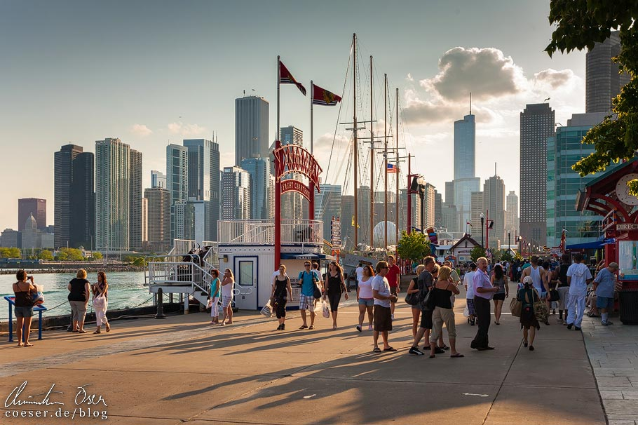 Wolkenkratzer vor dem Navy Pier in Chicago
