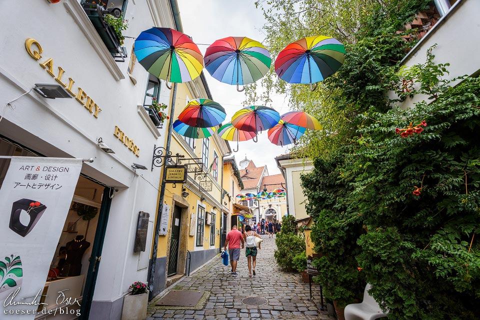 Regenbogenschirme im Künstlerdorf Szentendre