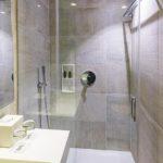 Bad im Doppelzimmer im Hotel H10 Art Gallery in Barcelona