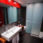 Bad im Doppelzimmer im Hotel Pullman Barcelona Skipper