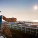 Ausblick auf das Meer und das Kunstwerk Peix Olímpic vom Balkon eines Doppelzimmers im Hotel Pullman Barcelona Skipper