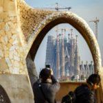 Blick auf die Sagrada Família von der Dachterrasse in der Casa Milà von Antoni Gaudì in Barcelona