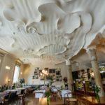 Café in der Casa Milà von Antoni Gaudì in Barcelona