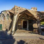 Außenansicht der Krypta von Antoni Gaudì in der Colònia Güell nahe Barcelona