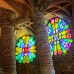 Fenster in der Krypta von Antoni Gaudì in der Colònia Güell nahe Barcelona