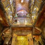 Salon mit Parabolkuppel, Orgel und hier versteckter Kapelle des Palau Güell von Antoni Gaudì in Barcelona