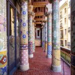 Säulen auf dem Balkon im Palau de la Música Catalana von Lluís Domènech i Montaner in Barcelona