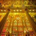 Die bunten Fenster in der Sagrada Família von Antoni Gaudì in Barcelona