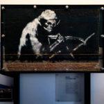 """""""The Grim Reaper"""" (2003) von Banksy im Museum M Shed in Bristol"""