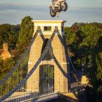 Ein kreativer Heißluftballon hinter der Clifton Suspension Bridge während der Bristol Balloon Fiesta
