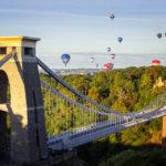Heißluftballons hinter der Clifton Suspension Bridge während der Bristol Balloon Fiesta