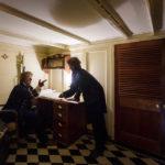 Nachgestellte Diskussion in der Kapitänskajüte des Museumsschiffs Brunel's SS Great Britain