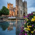 Außenansicht der Bristol Cathedral während der blauen Stunde