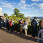Besucher blicken auf die Clifton Suspension Bridge in Bristol