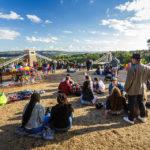 Menschen beim Picknick mit Blick auf die Clifton Suspension Bridge in Bristol