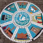 Ein kleines Mosaikkunstwerk im Hafen von Bristol