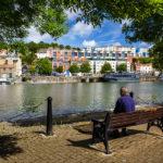 Blick vom Harbourside Walk auf bunte Häuser in Clifton Village in Bristol