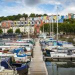 Blick von der Bristol Marina auf bunte Häuser in Clifton Village