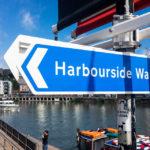 Ein Schild weist den Harbourside Walk in Bristol aus