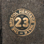 Wegweiser des Old City Heritage Trail in Bristol