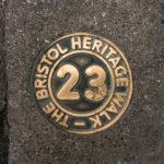 Wegweiser des Old City Heritage Trail in Bristol