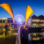 Beleuchtete Pero's Bridge und Ferry Wheel am Millennium Square in Bristol