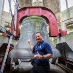 Unser großartiger Tourguide vor der Glocke Great George in Wills Memorial Building Tower in Bristol