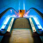 Futuristisch beleuchtete Rolltreppe im Aquarium Barcelona