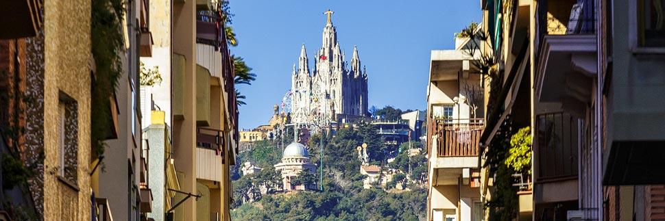 Blick auf die Kirche auf dem Tibidabo in Barcelona