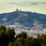 Ausblick auf den Tibidabo in Barcelona von außerhalb des Schlosses Castell de Montjuïc