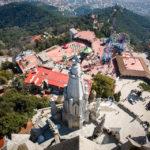 Ausblick auf den Vergnügungspark Parque d'Atraccions vom Turm der Kirche Sagrado Corazón auf dem Tibidabo
