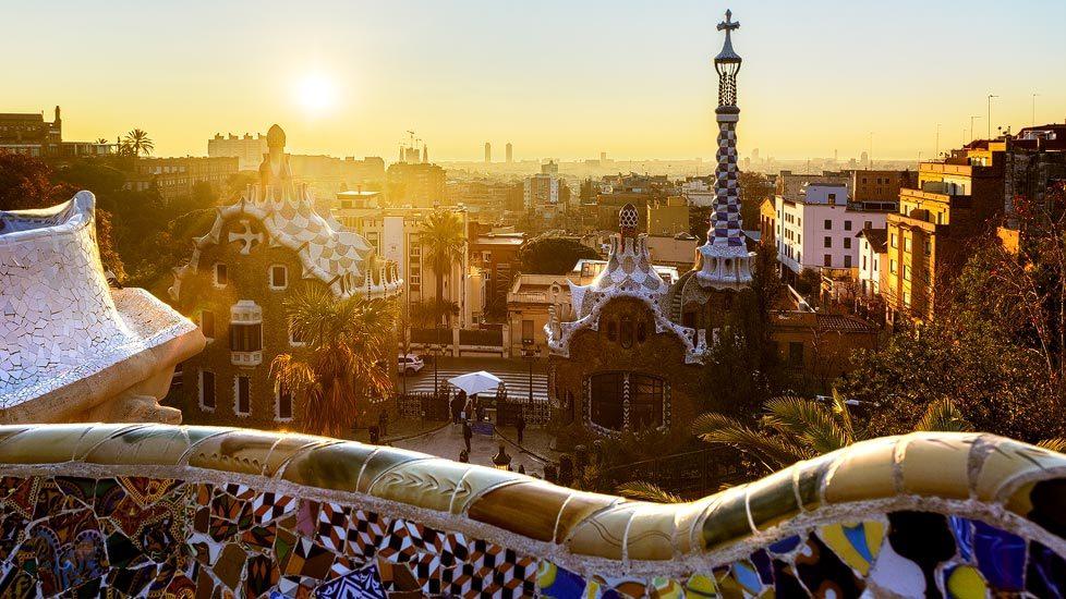 Sonnenaufgang über dem Park Güell in Barcelona