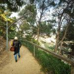 Schöner Fußweg vom Castell de Montjuïc zur Hafenseilbahn in Barcelona