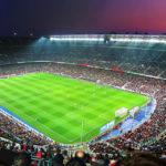 Sonnenuntergang über dem ausverkauften Stadion Camp Nou in den Farben des FC Barcelona