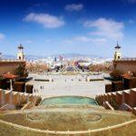 Panorama-Ausblick auf den Brunnen Font Màgica und den Plaça d'Espanya vom Nationalpalast aus gesehen