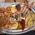 Scampi und Calamari fritti im Lokal Bar i Cafeteria Casa Blanca in der Markthalle Mercat de Sant Antoni