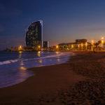 Der beleuchtete Stadtstrand La Barceloneta mit Blick auf das W Barcelona Hotel