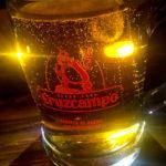 Spanisches Bier Cruzcampo in der Tapas-Bar Cu-Cut Taverna Gastronomica in Barcelona